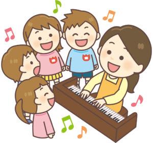 歌う園児達とピアノを演奏する保育士