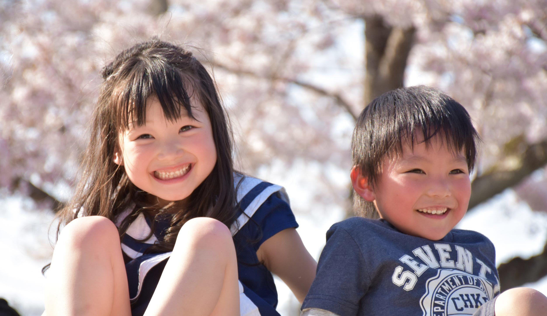桜の木と子供達