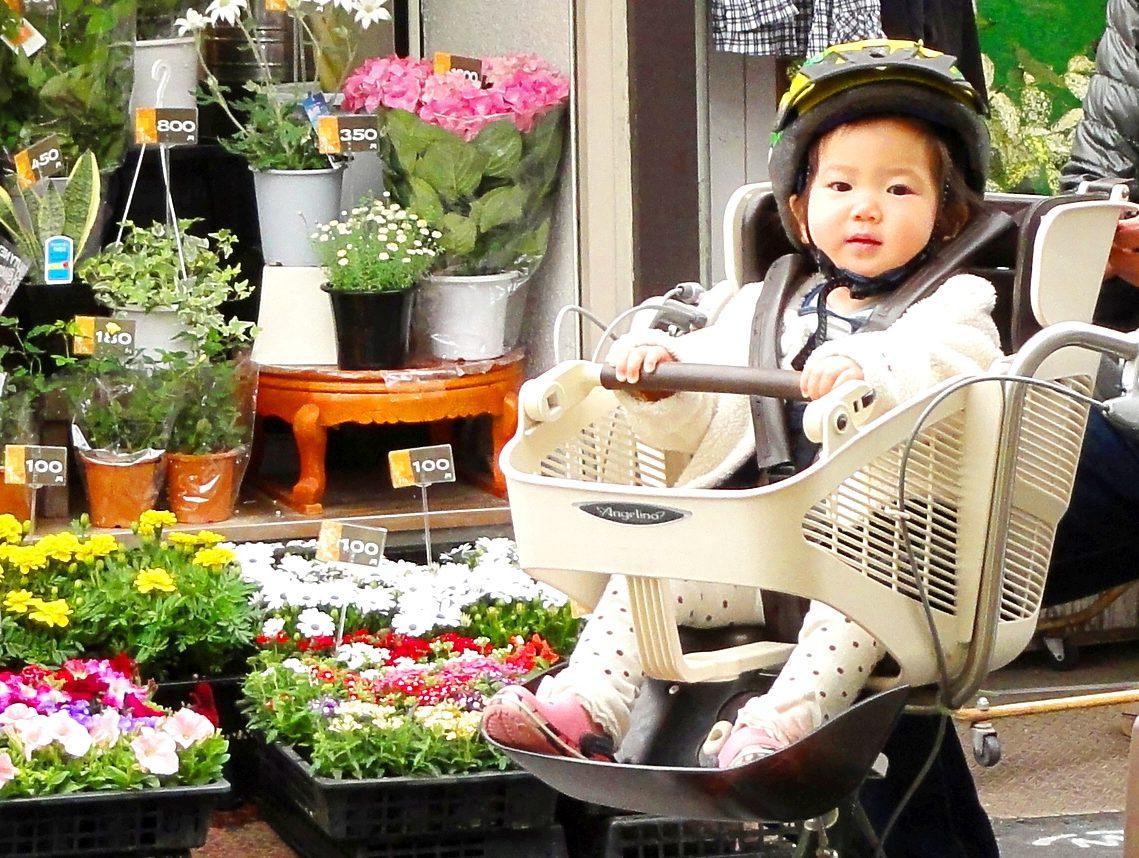 ママチャリに乗る子供
