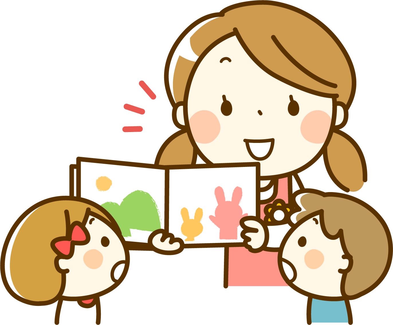子供達に本を見せる保育士