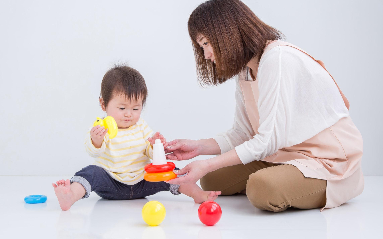 保育士と遊んでいる園児
