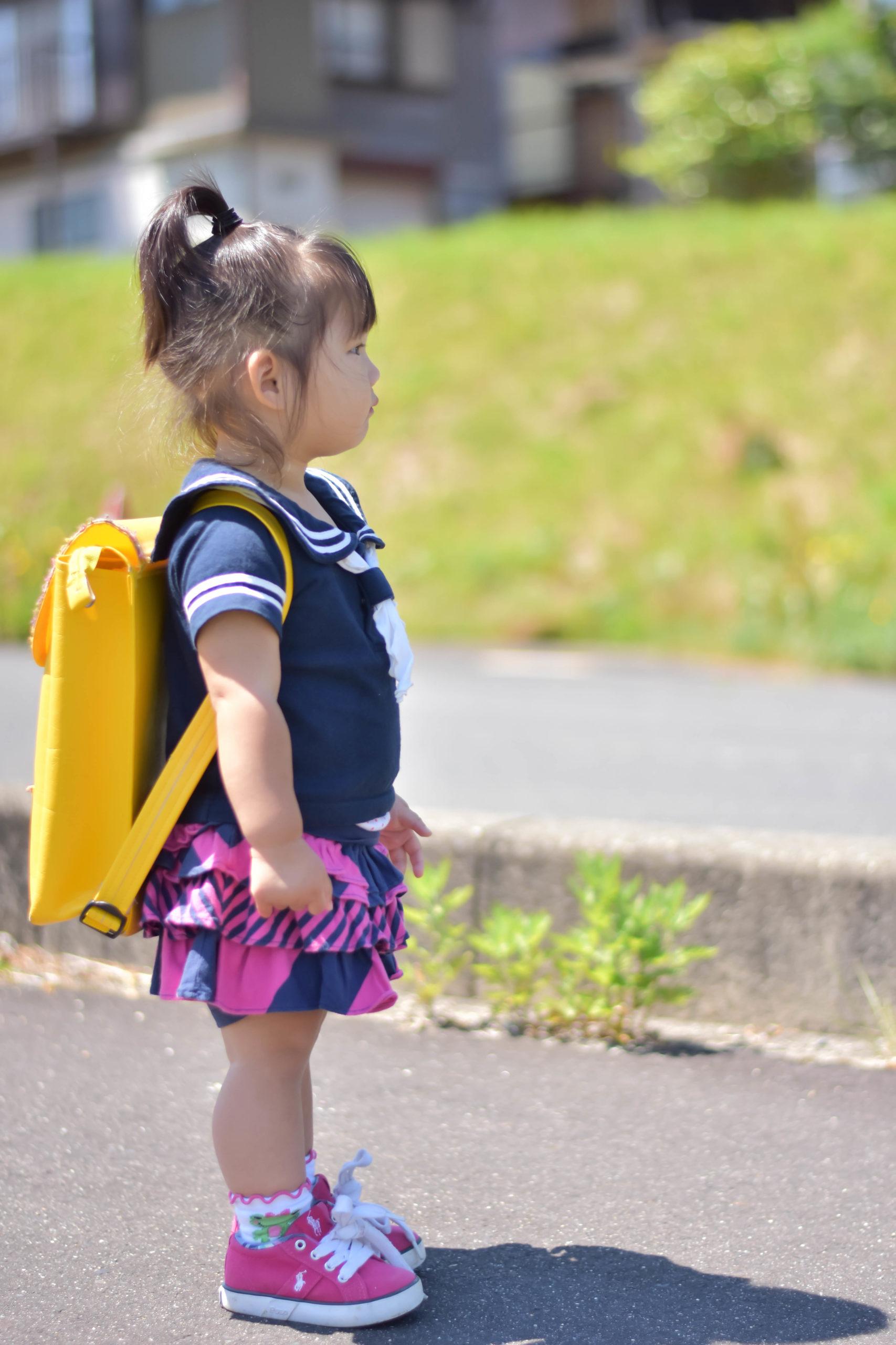 通園バッグを背負う子供