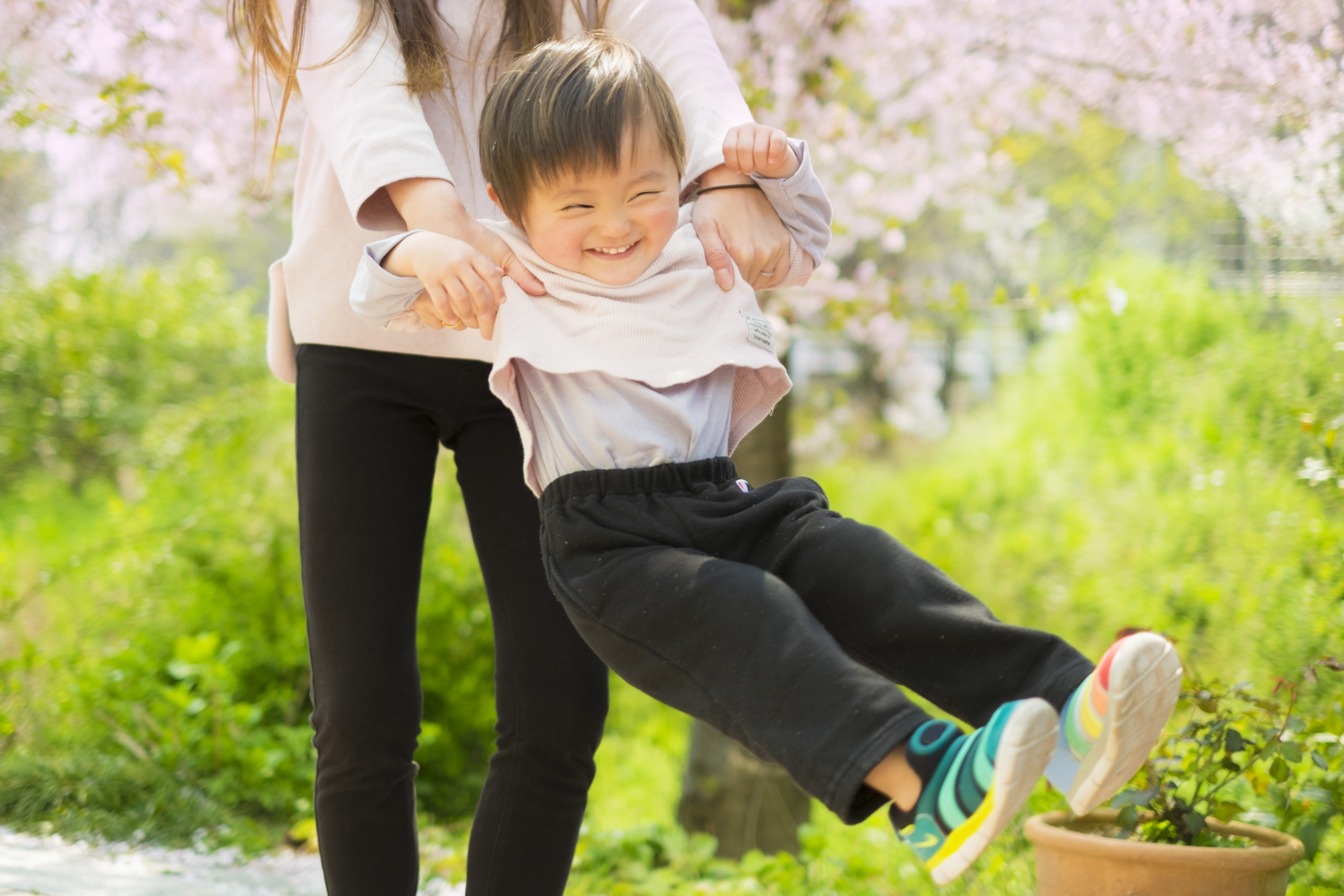 ママに抱っこされる子供