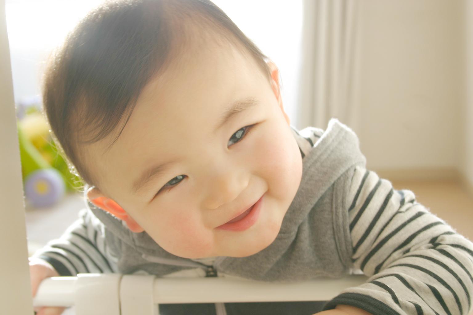 ニコニコ顔の赤ちゃん