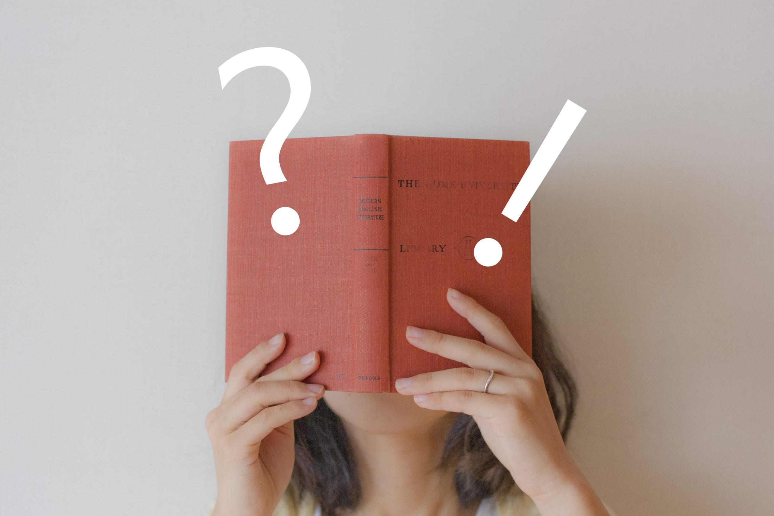 手帳を持って考える女性