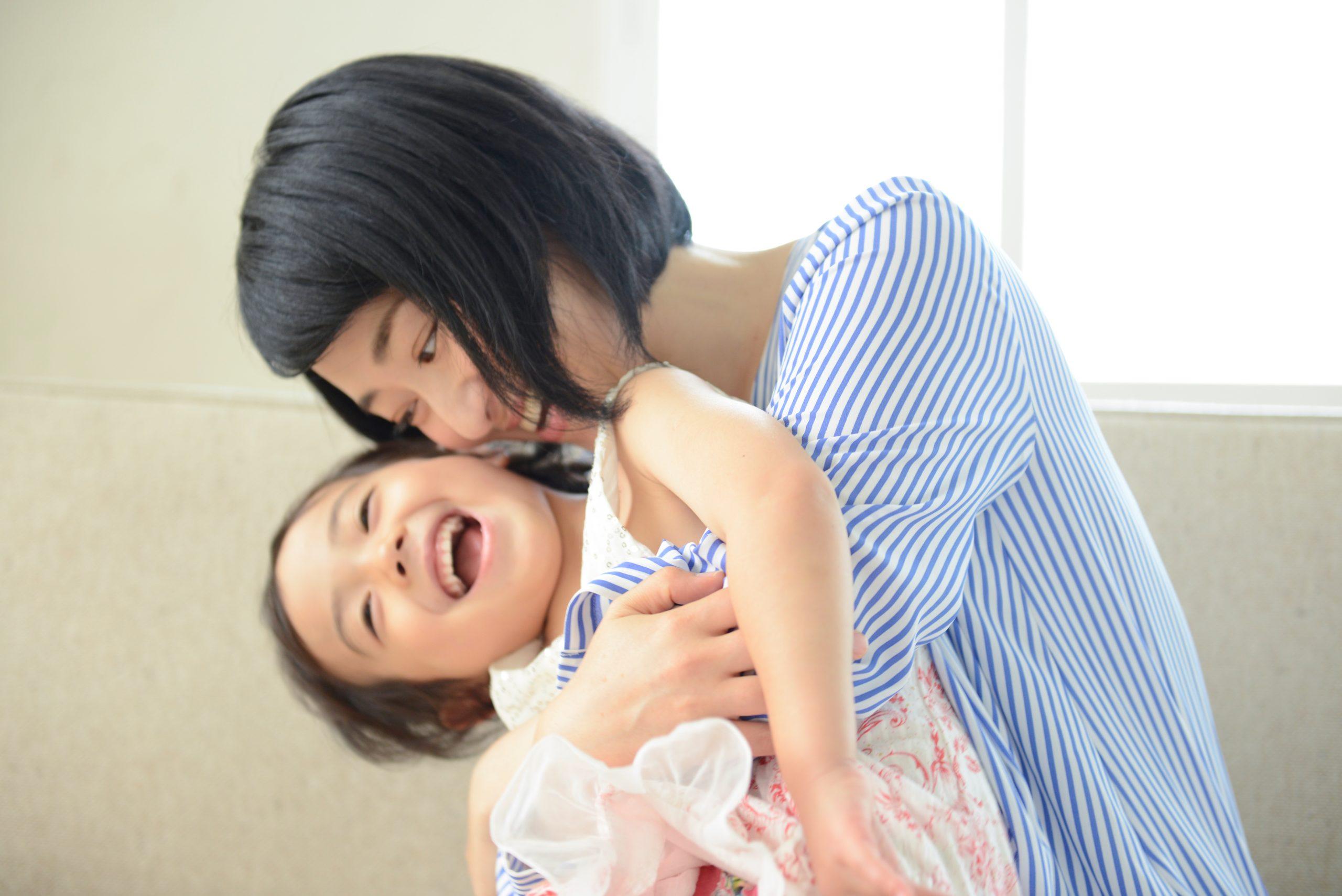母親に抱きしめられる子供