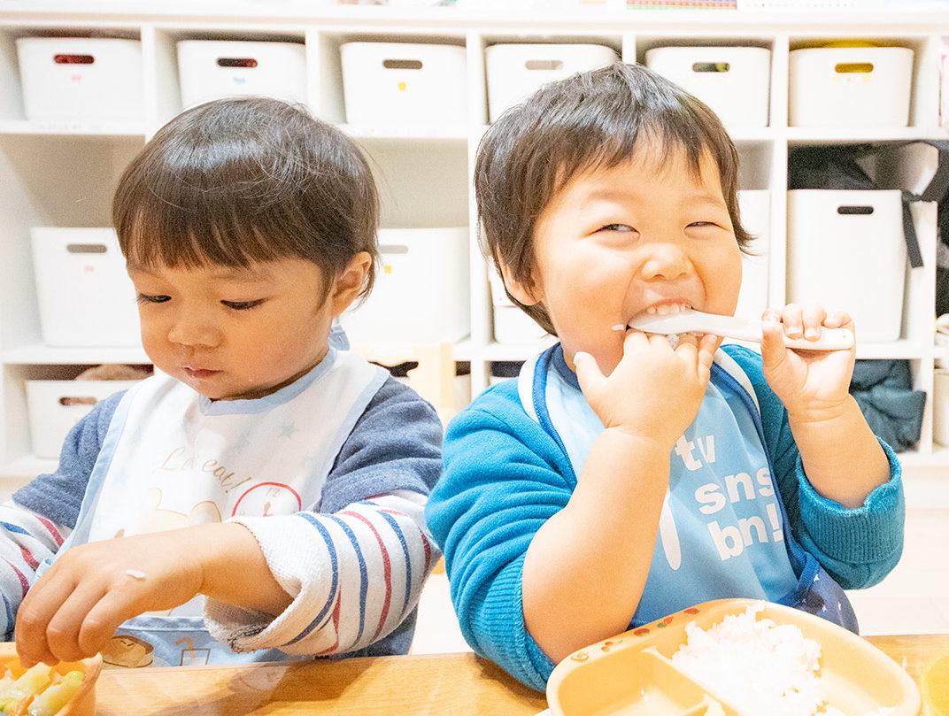 ご飯を食べる幼児達
