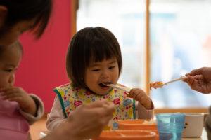 食事をする園児