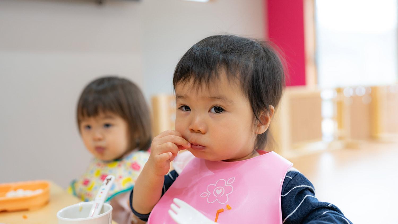 ご飯を食べる園児達