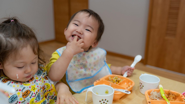 ご飯を食べる園児